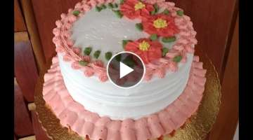 Bolo decorado com flores de chantilly